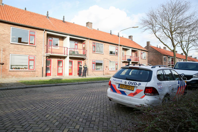 Politie bij de woning op de dag van het incident.