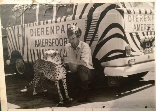 Dierverzorger Peters bij het originele busje.