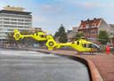 Twee helikopters vinden een plekje op de kade langs de Schie in Schiedam.