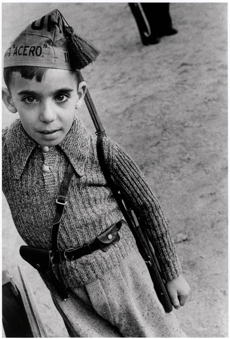 Jongetje met pet van de staatbataljons van de Unie van Proletarische Broeders, Madrid, oktober 1936. Beeld Chim (David Seymour) / Magnum Photos Courtesy Chim Estate
