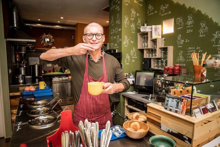 Christophe toont hoe je een soepje in gebarentaal kan bestellen.