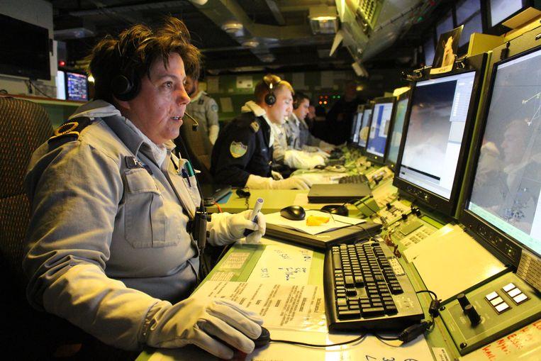 In de commandocentrale dragen de militairen altijd handschoenen als bescherming voor wanneer een impact de computerschermen zou doen springen.