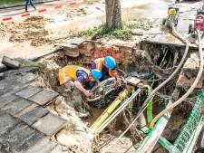 Jongen rijdt in sinkhole en verliest fiets; 70 huishoudens in Malden zonder water door leidingbreuk