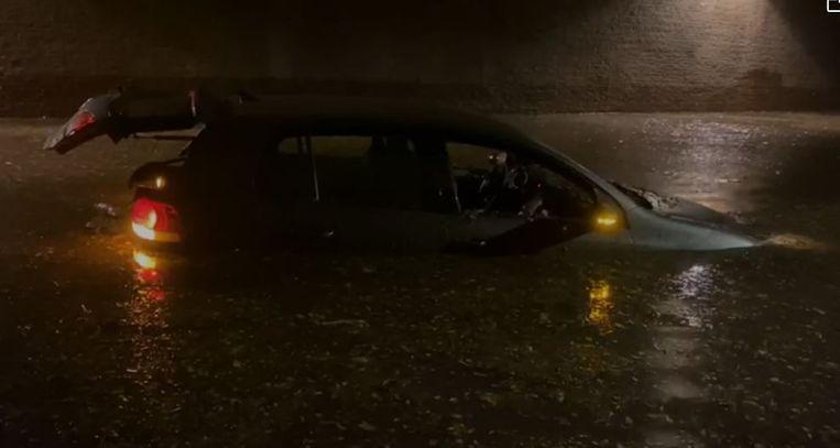 Achtergelaten auto in de Burgemeester Felix de Bethune