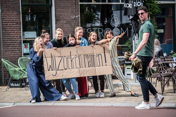 Medewerksters van Eetwinkel Stroom (Estée Strooker links en Charis Heising derde van links) proberen mannen te verleiden voor een bezoekje aan een eenmalig first-date restaurant in Arnhem.