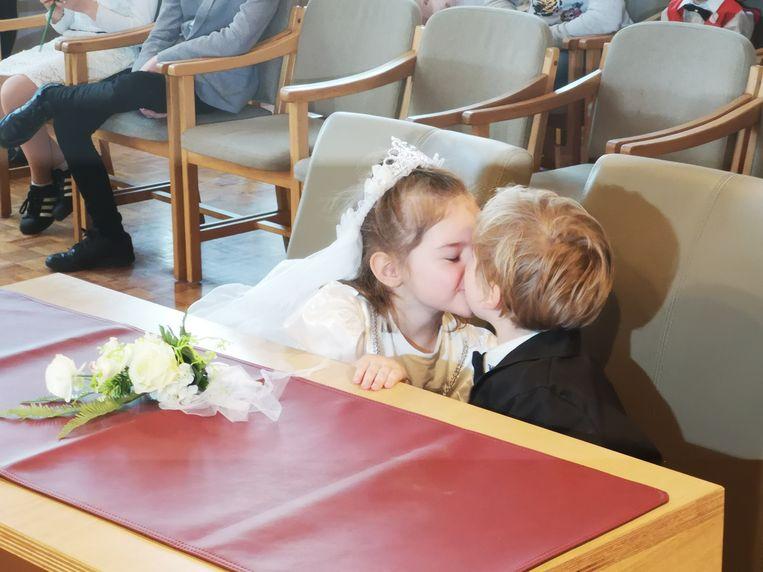 Bij een huwelijk hoort ook een kus, zoals Auke en Elias demonstreerden.