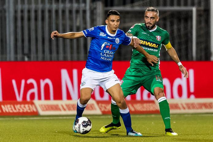 Imrane Oulad Omar in duel met Dordrecht-aanvoerder Antonio Stankov.