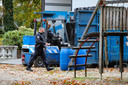 Een ontmantelingsteam is bezig met het weghalen van vaten in Emst.
