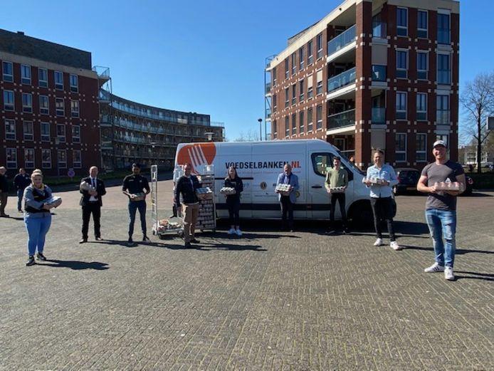 Overhandiging van de etenswaren aan de Voedselbank Boxtel en omgeving door medewerkers van De Rechter en Jumbo-supermarkt in Boxtel. Initiatiefnemer Corné Kuijpers staat tweede van rechts.