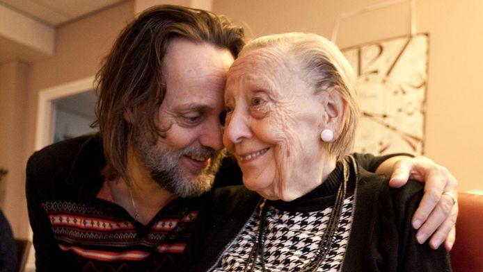 Hugo Borst en zijn moeder.