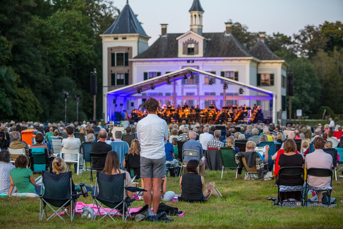 Onder ideale omstandigheden trakteerde het Orkest van het Oosten het veelkoppige publiek op Landgoed De Haere op een fraai concert.