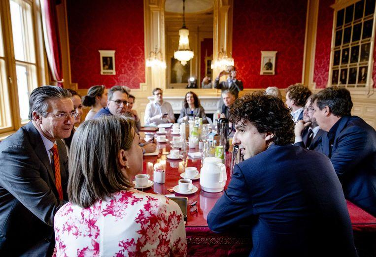 Maxime Verhagen (Bouwend Nederland), Kamerlid Laura Bromet (GroenLinks), partijleider Jesse Klaver (GroenLinks), Jacco Vonhof (MKB Nederland) en Frank Futselaar (SP) voorafgaand aan een gesprek over de initiatief-stikstofwet die GroenLinks dinsdag heeft gepresenteerd.  Beeld ANP