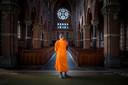 De boeddhisten van de stichting Dhammakaya Nederland hebben hun intrede genomen in de kerk van Afferden.
