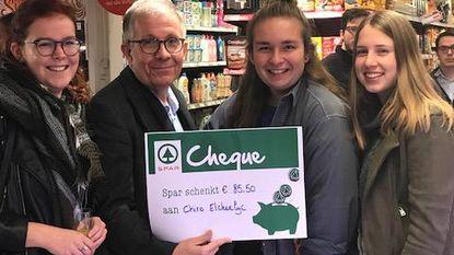 SPAR-uitbater reikt cheques uit aan15 verenigingen