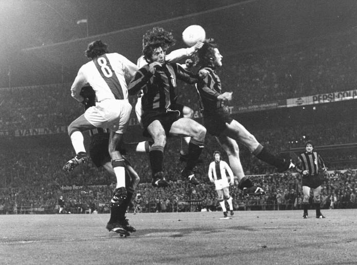 Uit een verwarrende situatie scoort Johan Cruijff (te zien achter Burgnich) het tweede doelpunt. Links Swart, recht Oriali.