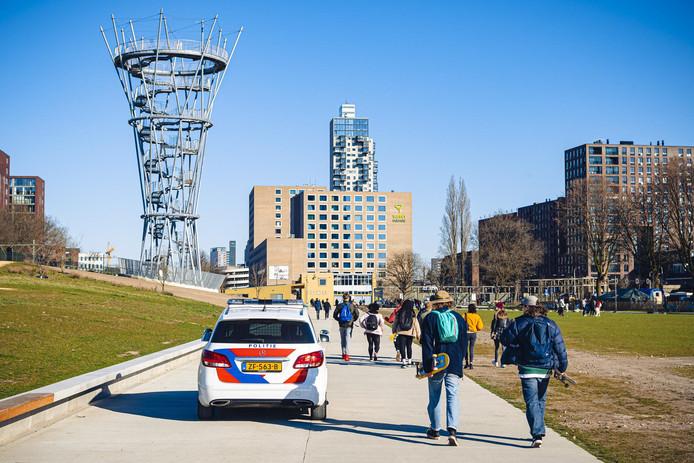 Het Spoorpark in Tilburg is gesloten en dus moest een grote groep mensen het park onder begeleiding van de politie verlaten.