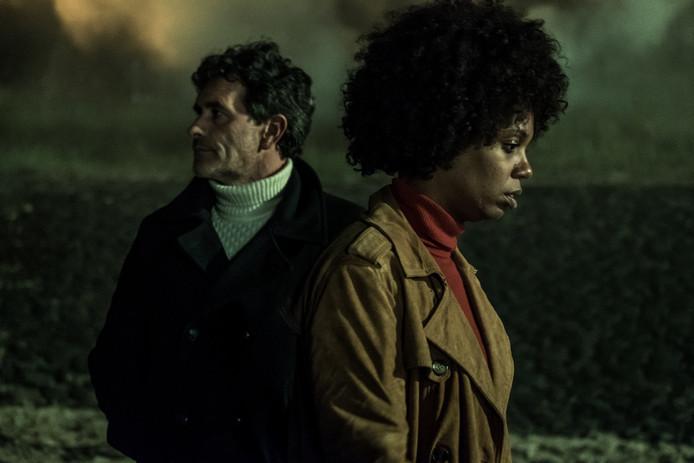 Koen De Bouw (links) en Jasmine Sandar in de serie 'Grenslanders'.