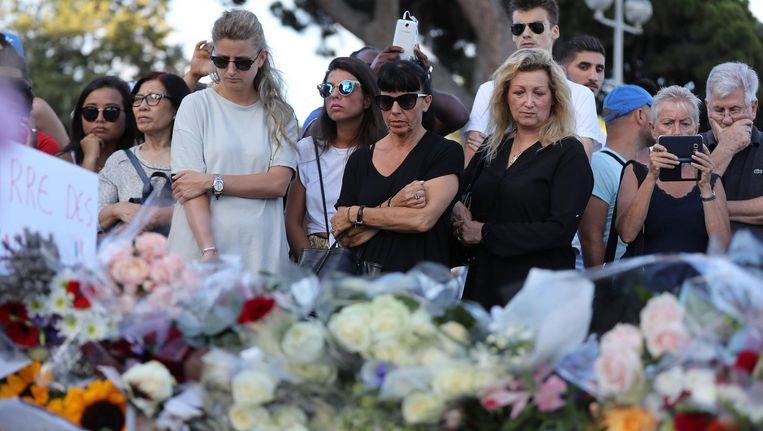 Er zijn bloemen neergelegd voor de slachtoffers die omkwamen in Nice nadat een truck een menigte inreed. Beeld afp