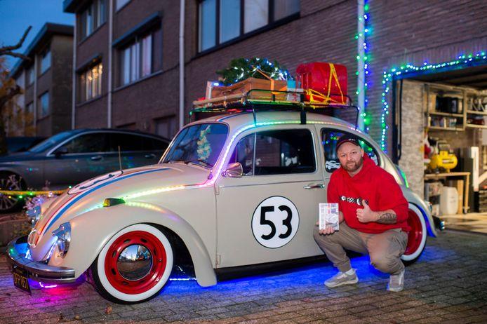De verlichte Volkswagen Kever 'Deaf Herbie' van Björn (35) brengt kerstmagie in de Hoevense Palmenlaan
