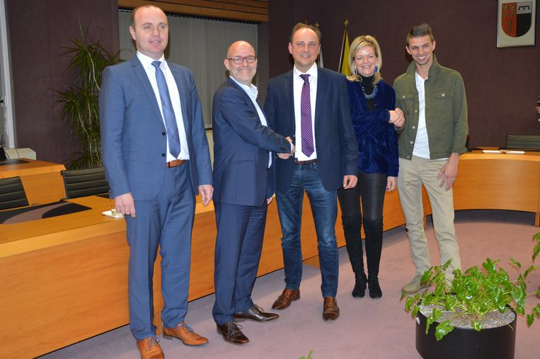 Karel Marchand (CD&V), Jo Fonck (LvB), Jan De Nul (CD&V), Els Cosyns (LvB) en Andy Depetter (Groen) tijdens de voorstelling van het bestuursakkoord.