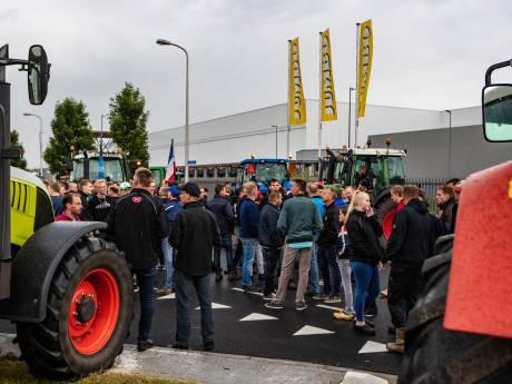 Honderden boeren met trekkers verzamelen zich bij distributiecentrum van de Jumbo in Raalte