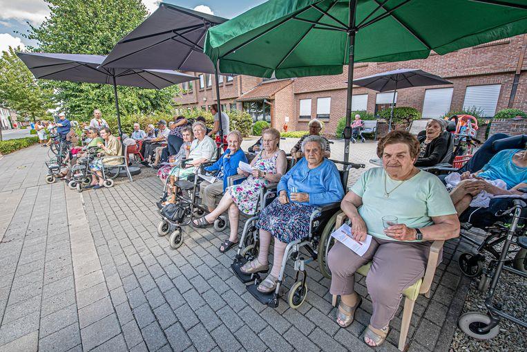 Ook bewoners van WZC Ter Westroze installeerden zich buiten om te genieten van de koers.