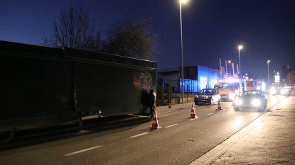 Luifel marktwagen schiet los en raakt drie voertuigen
