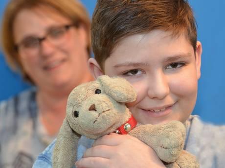 Zieke Jorrit (13) reist wereld over dankzij knuffelhond Happy