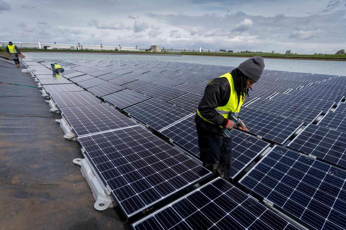 Aanleg van een drijvend zonnepark in Bemmel.