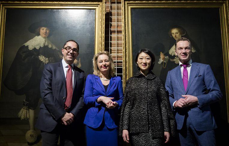 Jean-Luc Martinez (directeur Louvre), Minister Jet Bussemaker van Cultuur, haar Franse ambtgenoot Fleur Pellerin en Wim Pijbes poseren bij de twee Rembrandt-portretten. Beeld anp