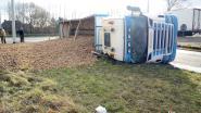 VIDEO: Vrachtwagen kantelt en verliest lading aardappelen op E17