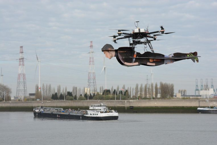 Superheld Robin vliegt met hulp van een drone boven de havengeul in Kallo.
