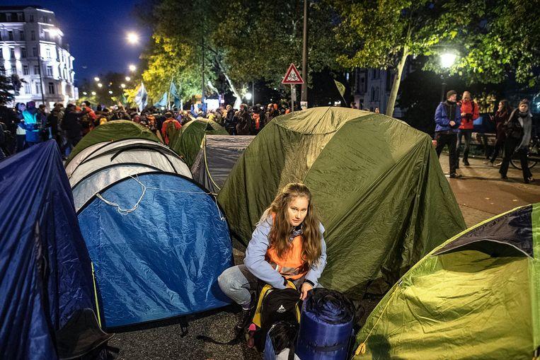 Sommigen beginnen tientallen tenten op te zetten, vast van plan om niet snel meer weg te gaan. Beeld Guus Dubbelman / de Volkskrant