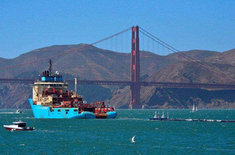The Ocean Cleanup onderweg bij de beroemde Golden Gate Bridge in San Francisco. Sinds dat project wereldwijd aandacht kreeg, is er ook in ons land draagvlak voor projecten om plastic uit de nationale waterwegen te halen.