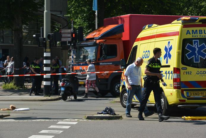 Brommerrijder gewond na aanrijding met vrachtwagen Escamplaan