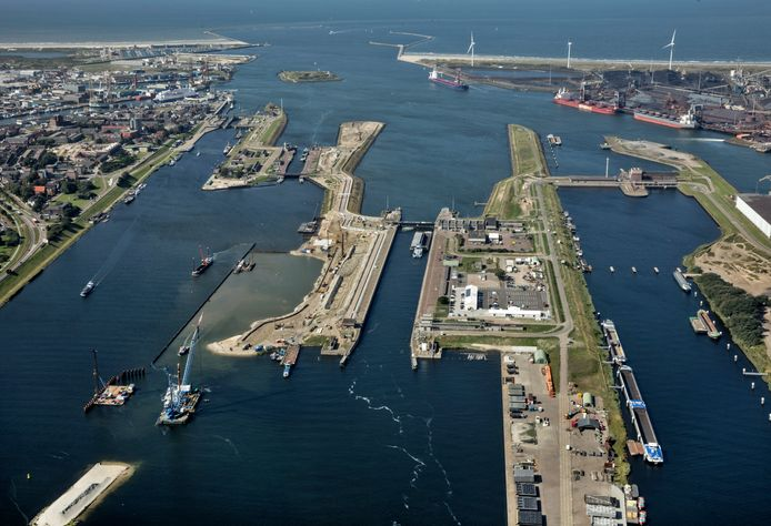 Luchtfoto van de zeesluizen bij IJmuiden met de nieuwe in aanbouw zijnde zeesluis, die een nieuwe naam moet krijgen.