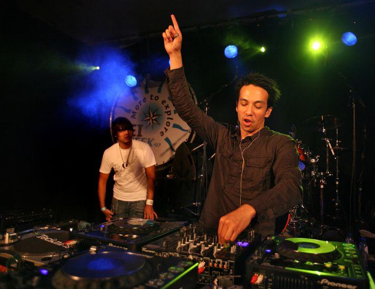 DJ Laidback Luke in 2007, achter de draaitafels bij de opening van de KEI-week, de introductieweek voor nieuwe studenten in Groningen. Beeld Jan Luursema