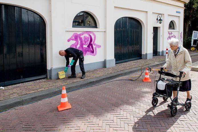 Graffiti op Rijksmonument Koetshuis wordt verwijderd door AB groep te Heteren.