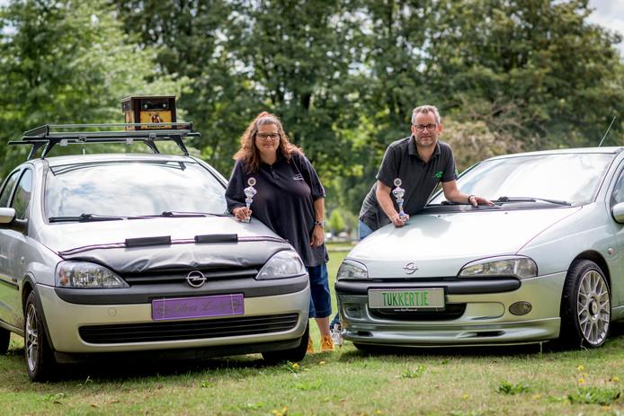 Diane en Michiel Weustink hebben elk met hun eigen Opel meegedaan aan een oldtimer-wedstrijd. Ze zijn in de prijzen gevallen.