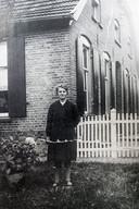 Drika Eenink-Wassink voor het huis van de familie Eenink aan de Zieuwentweg in Halle-Heide waar de grootouders De Liever ondergedoken hebben gezeten. Het echtpaar is verraden en in september 1944 omgekomen in vernietigingskamp Auschwitz-Birkenau.