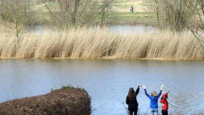 Kleinkinderen zwaaien op veilige afstand naar oma aan de overkant van de Schelde