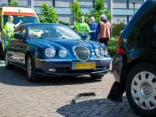 Bejaarde man verliest macht over stuur en botst tegen geparkeerde auto in Goirle
