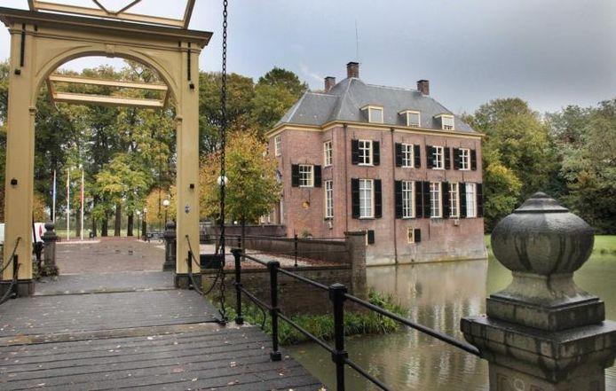 Het kasteel annex gemeentehuis in Neerijnen.