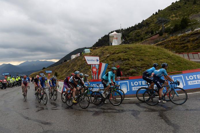 Hagel, bliksem en regen teisteren het peloton in de negende etappe.