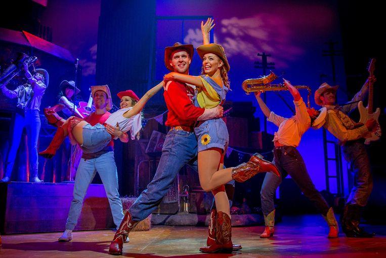Een scène uit Footloose, de musical, met de bekende danspasjes.