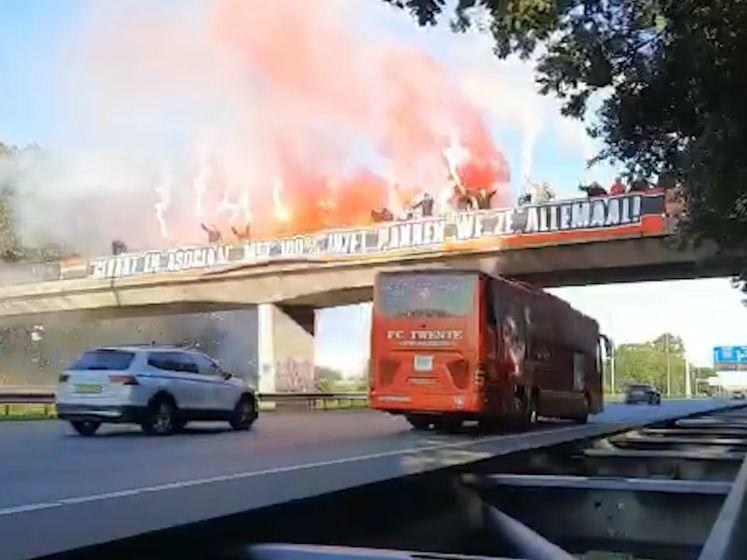 Supporters van FC Twente zwaaien spelersbus op spectaculaire wijze uit