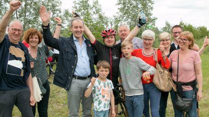 """""""Iedereen mag mijn medaille eens kussen"""": Special Olympics-vedette Lieven Mels wint zijn koers"""