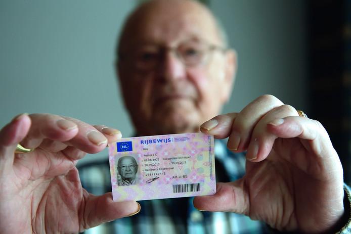Het rijbewijs van Piet Ros (85) uit Roosendaal is drie maanden geleden verlopen. Zijn aanvraag voor een verlenging loopt al zeven maanden.