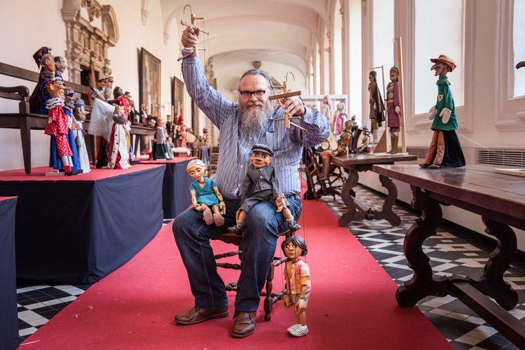 Alain Verhelst stelt een deel van zijn poppen tentoon in het Augustijnenklooster.