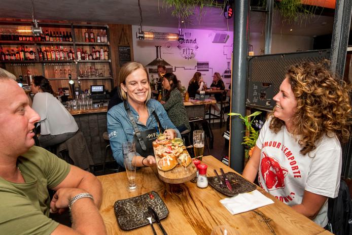 Bij Pitz Pinchos Borrel Bar eet je aan rustiek houten tafels, hoog of laag.
